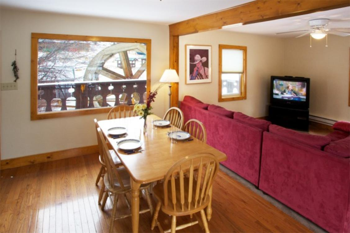 2-Bed Lake Trout House Dining Area
